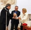 0010_il-sindaco-angelo-spina-consegna-il-libro-valverde-a-giuliana-traverso-premio-le-gru-2012