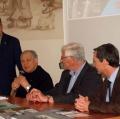 0004_padre-lorenzo-porge-i-saluti